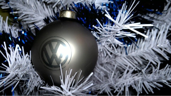 Какими новогодними шариками украсить ёлку? 4 популярных варианта