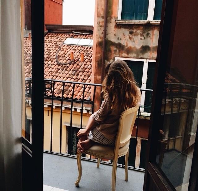 Девушка на балконе. Романтика. Париж.