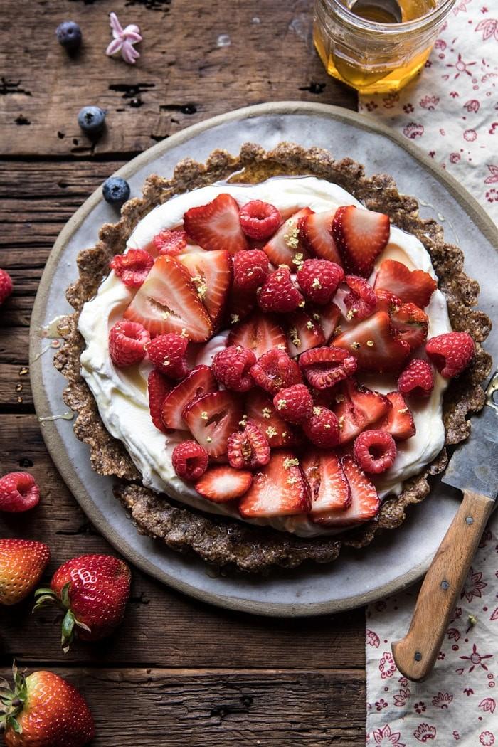 Летние десерты: холодный тарт с йогуртом и клубникой