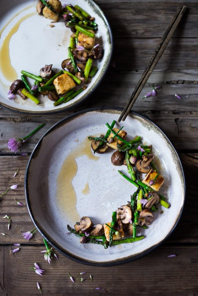 Рецепты с тофу. Вок с грибами, спаржей и тофу.