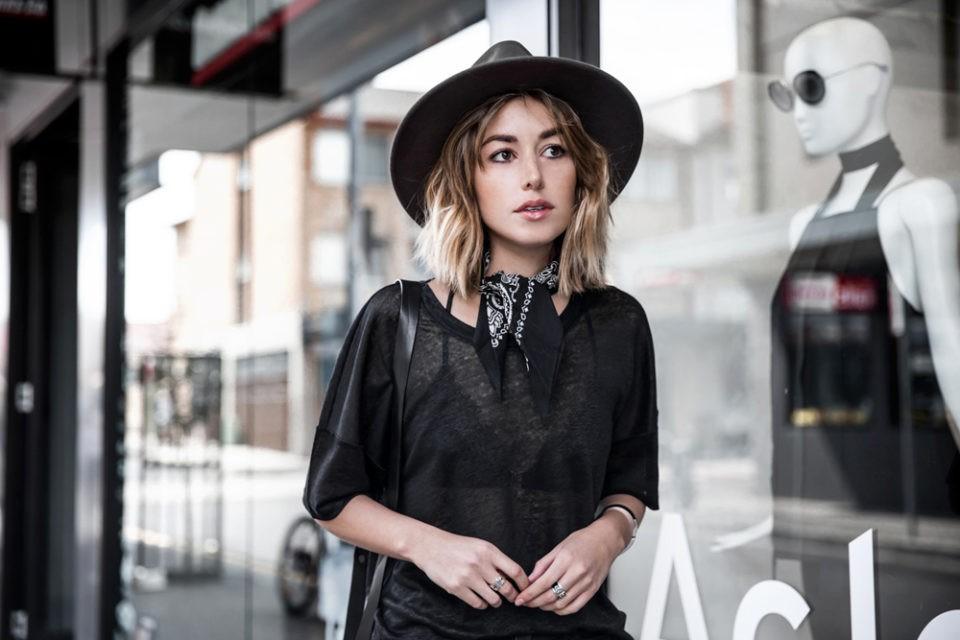 travel style, black shirt, hat, стиль в дорогу, черная фуболка, шляпа