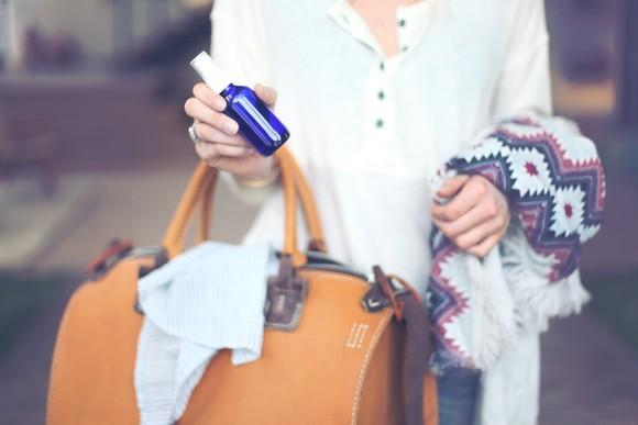 DIY спрей для одежды - идея для тех, кто много путешествует. Путешествие. Вещи в дорогу.