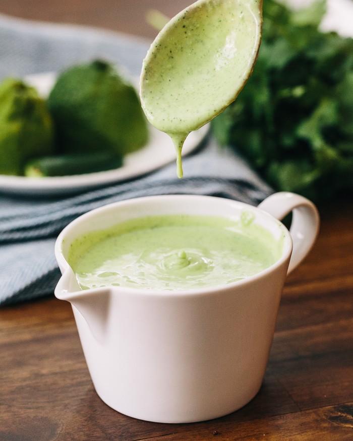 Салатная заправка Goddess - легкая заправка с йогуртом и пряной зеленью.