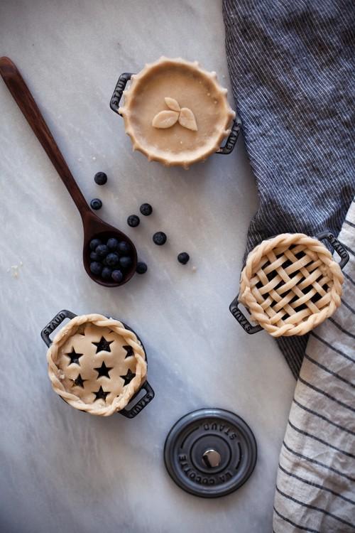 Июньское: красивый черничный пирог в кокотнице