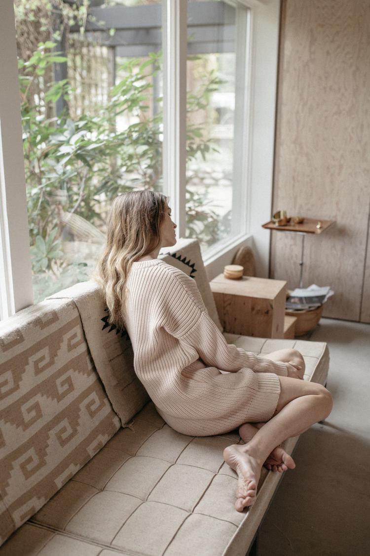 Девушка, пастель, нейтральные цвета, интерьер, платье-свитер, кардиган