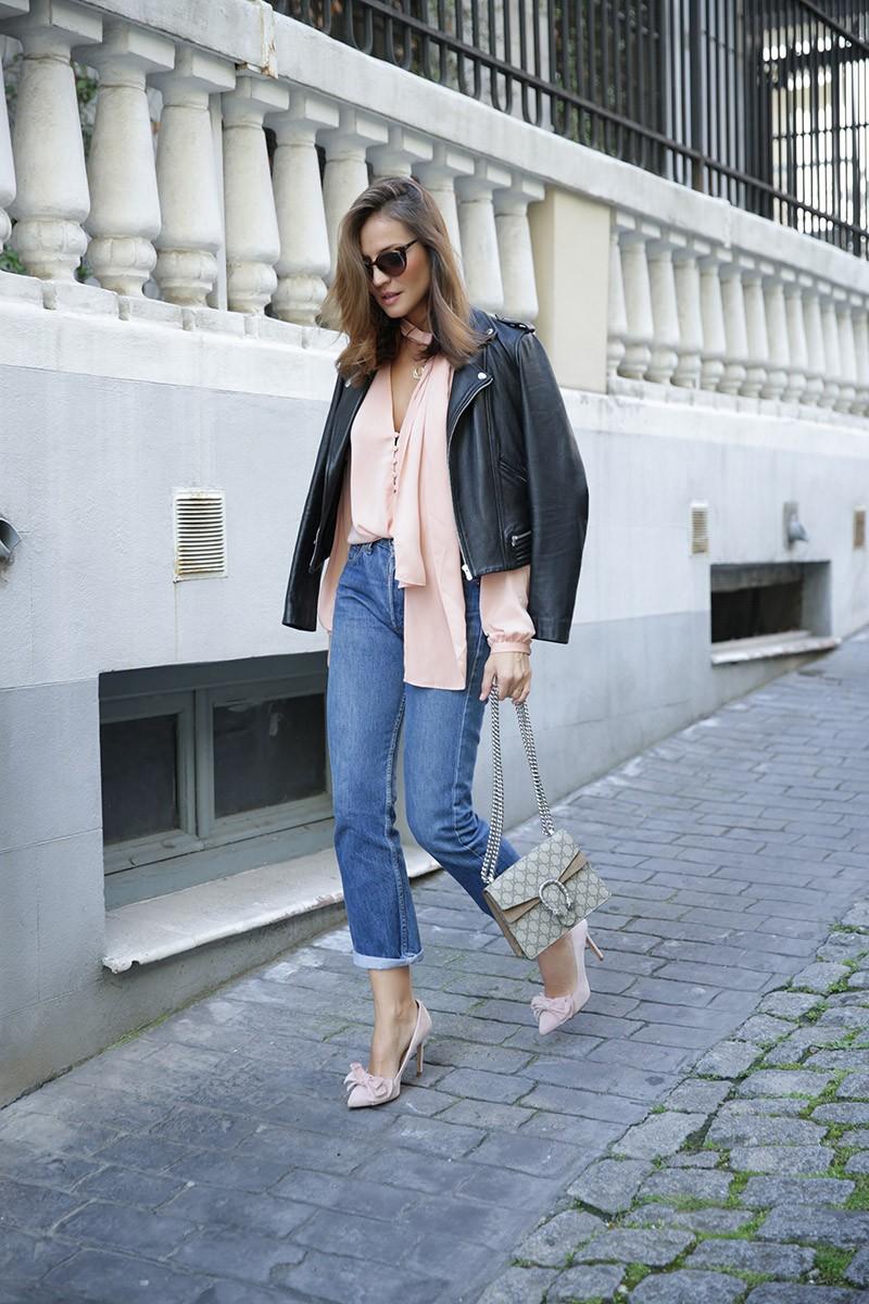 как носить розовый, джинсы, розовые туфли, розовая блузка, pink blouse, blue jeans, loose jeans, street style