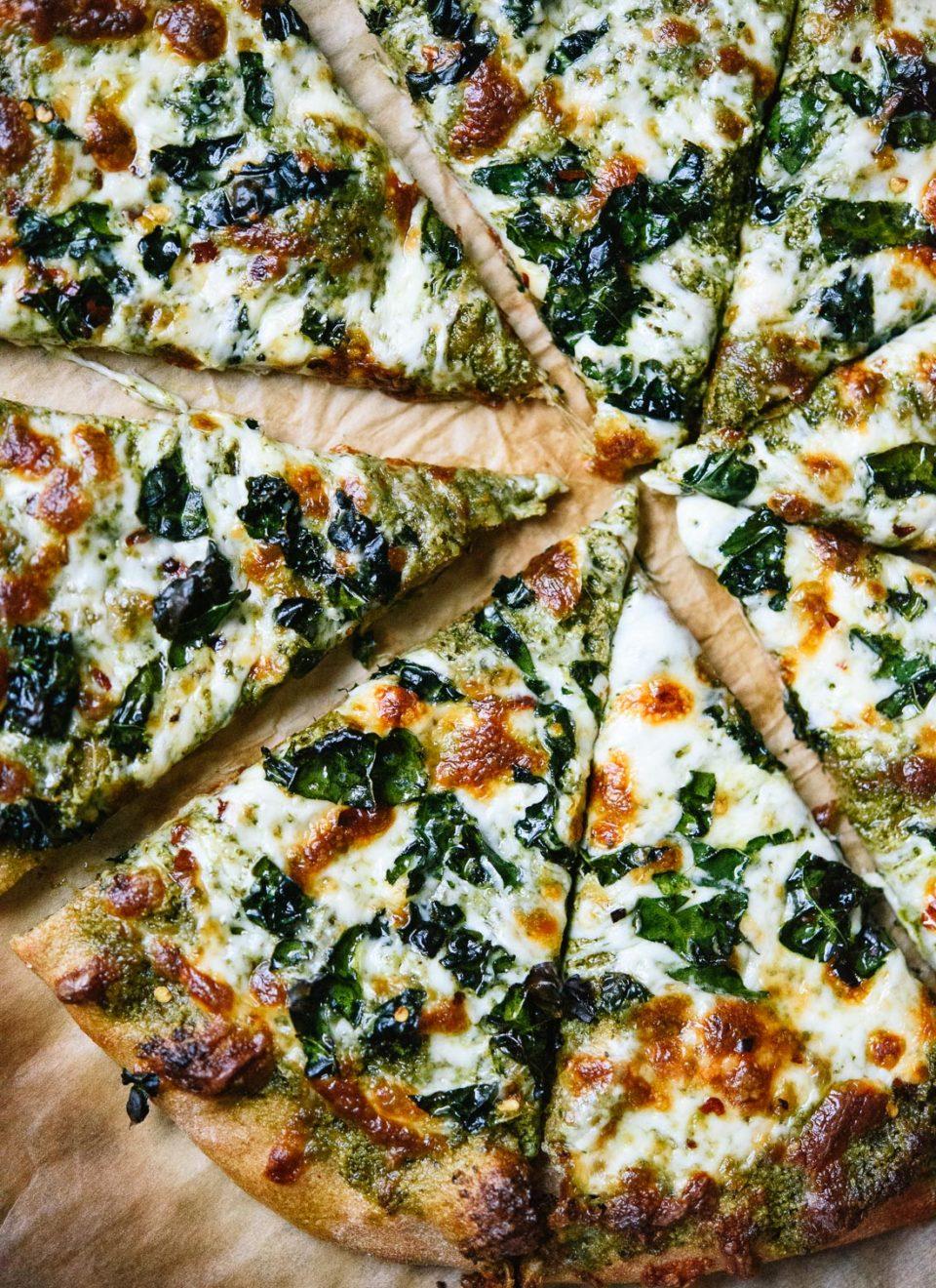 Капуста кале: пицца с кале и моцареллой. Вегетарианская кухня.