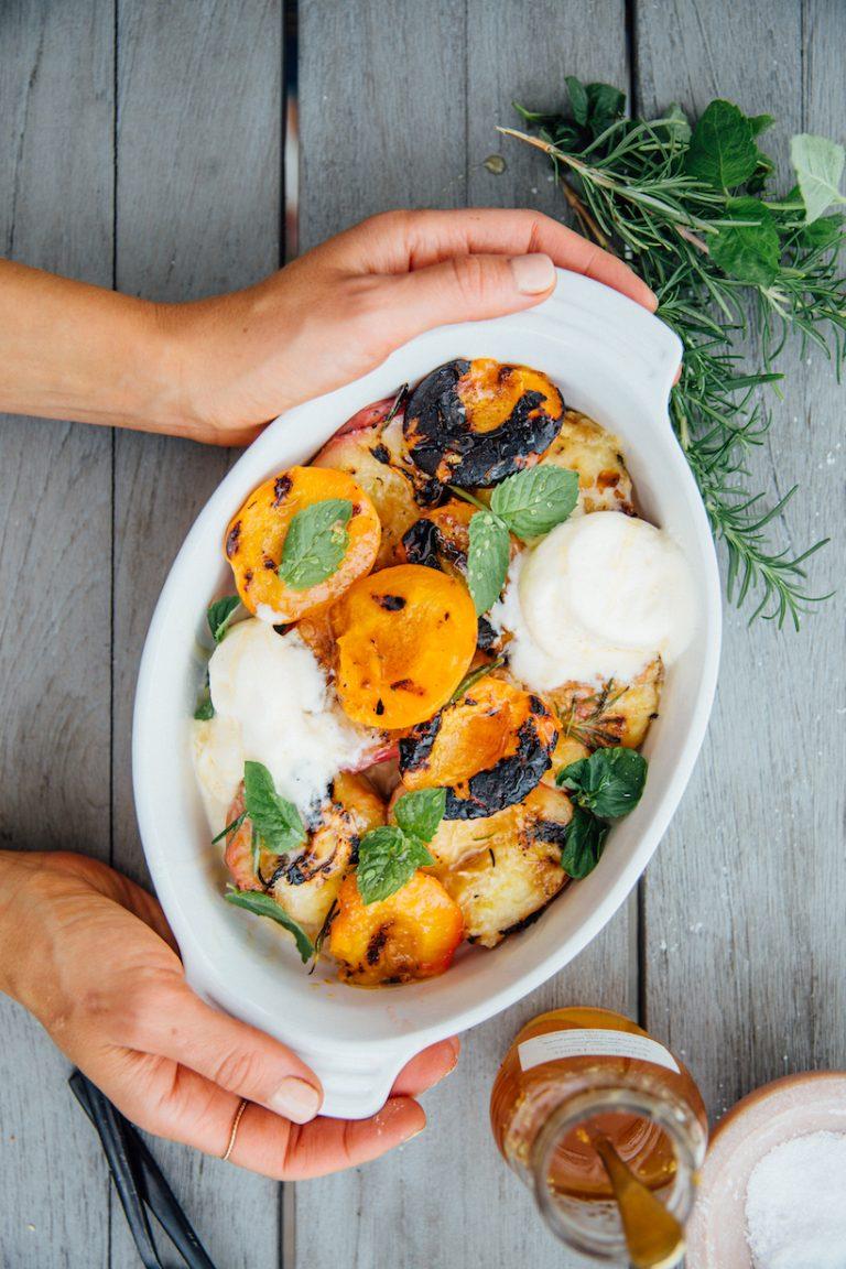 Летние десерты: салат из фруктов на гриле