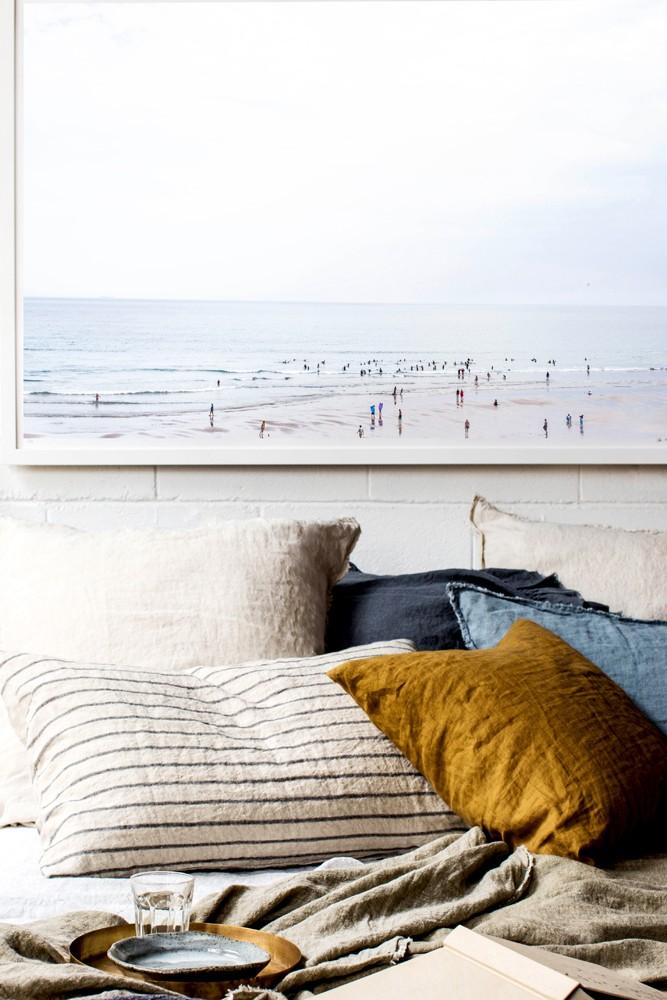 Подушки, кровать.