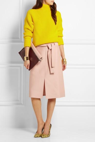 Нейтральная юбка плюс желтый пуловер.