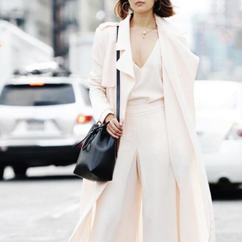 Нейтральная гамма в одежде. Белый костюм. Черная сумка-торба.