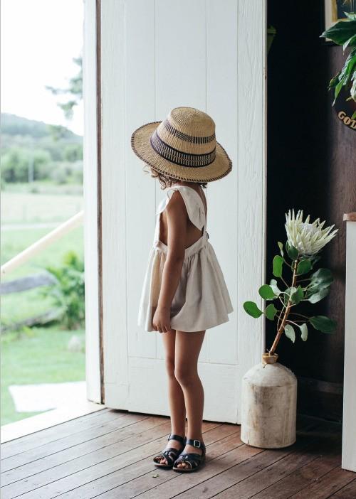 девочка в сарафане, лето, соломенная шляпа