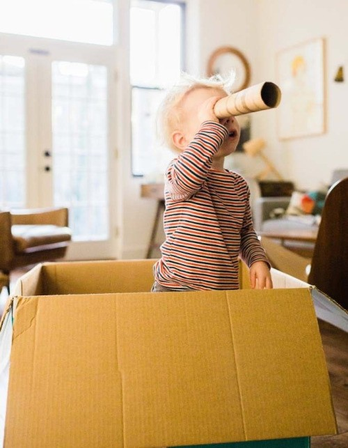 маленький мальчик, подзорная труба