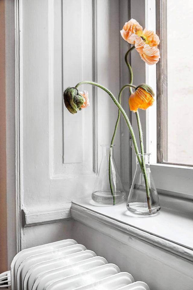 Скандинавский интерьер. Цветы в стекле.