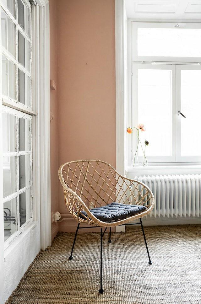 Скандинавский интерьер. Плетеное кресло. Большие окна.