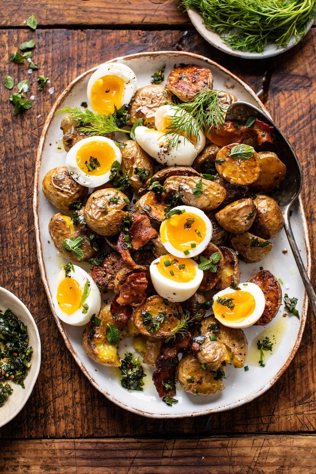 Субботний бранч от Half baked harvest: картофель с яйцом под чесночным маслом