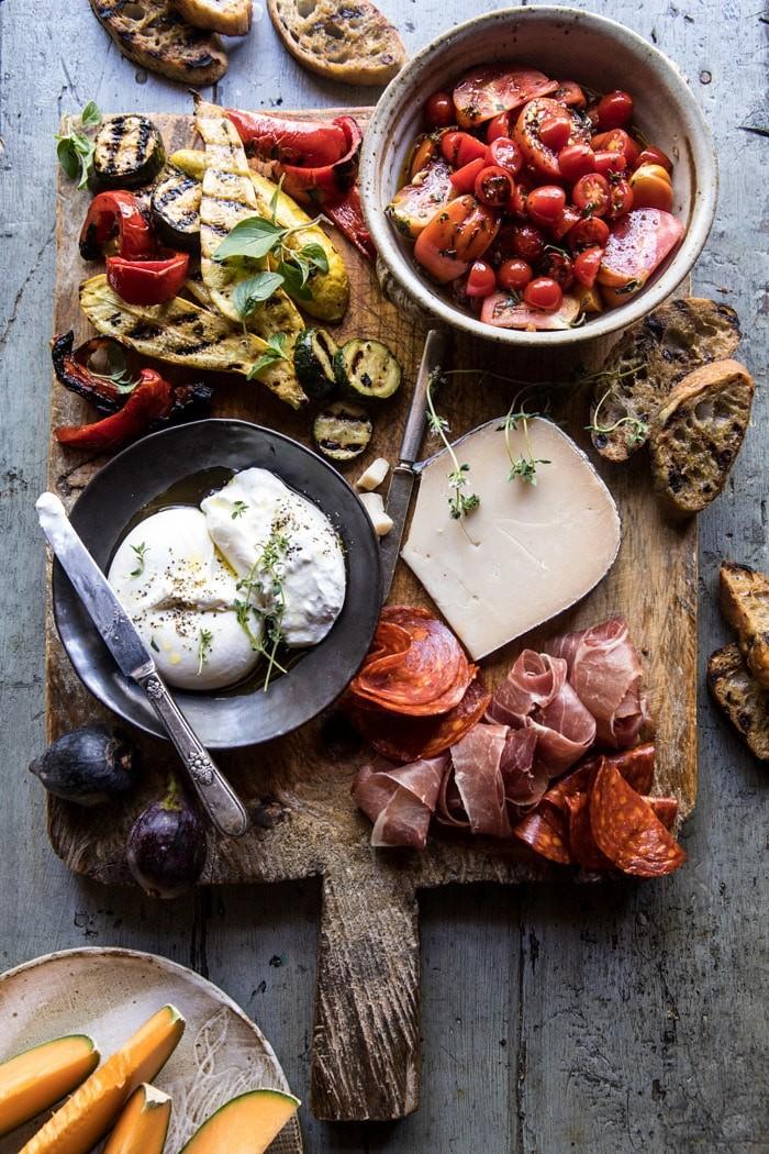 Тарелка для пикника с сыром и запеченными овощами
