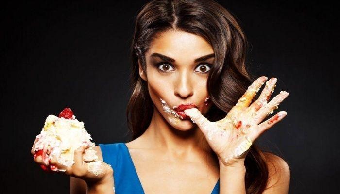 Девушка ест сладкое