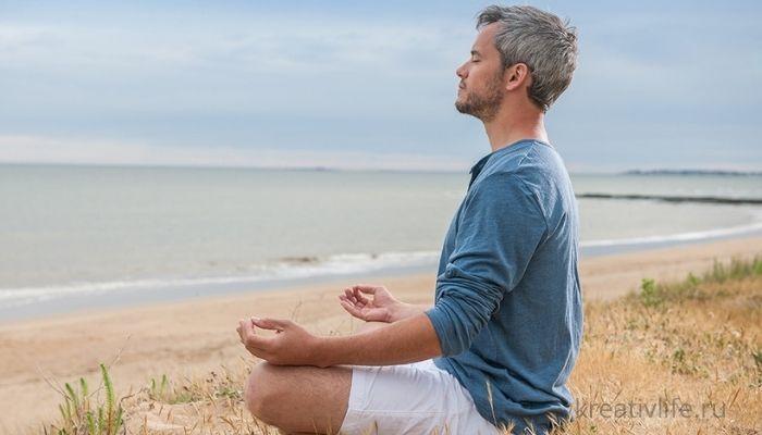 Спокойствие, осознанность и умиротворение, мужчина медитирует