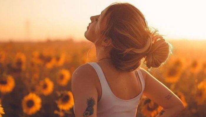 Женщина радуется жизни