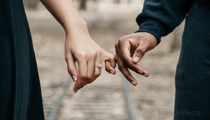 Две руки держаться за мизинцы