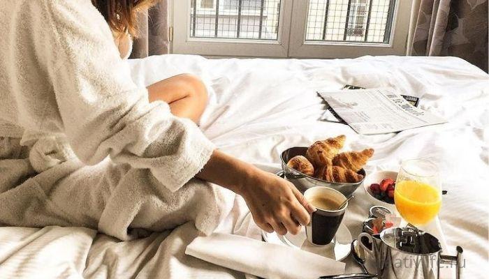 Завтрак в постель. Много еды на кровати