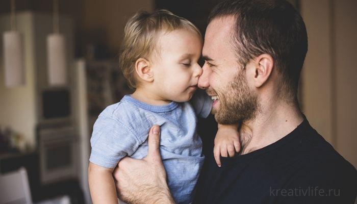 отец держит на руках ребенка