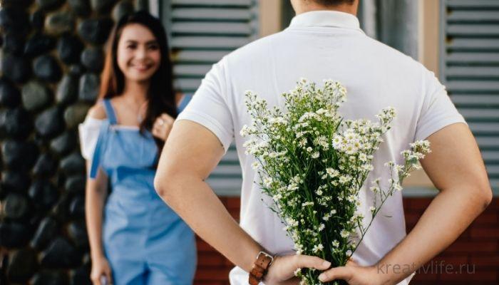 Красивая пара. Мужчина дарит цветы.