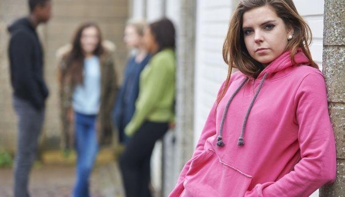 Подросток девочка, сверстники, фон, окружение, коллектив