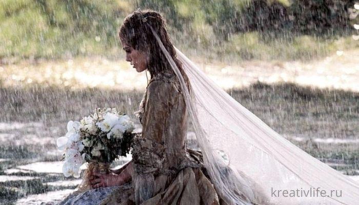 Девушка грустная под дождем в свадебном платье