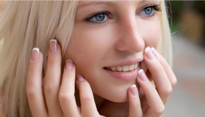 Девушка с красивыми натуральными ухоженными ногтями