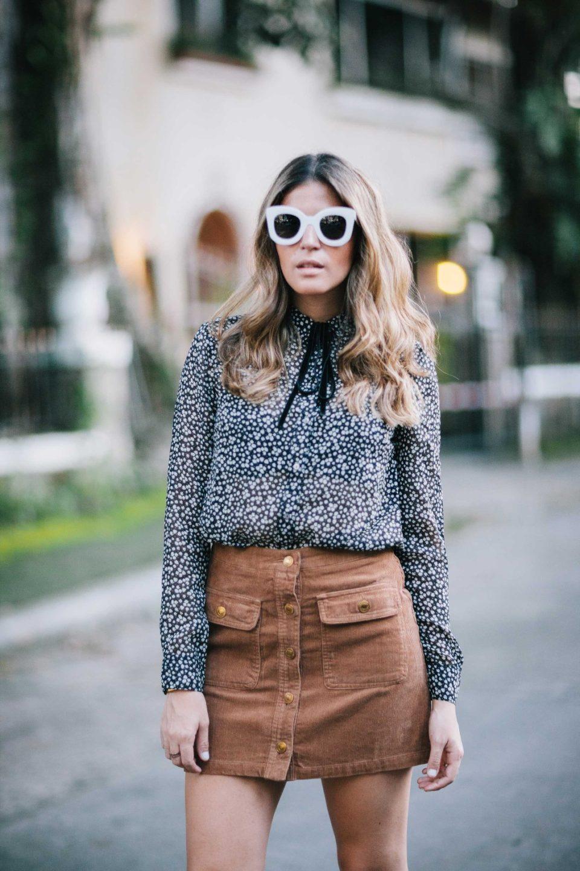 Семидесятые в моде: юбка трапеция, блузка с цветочным принтом.