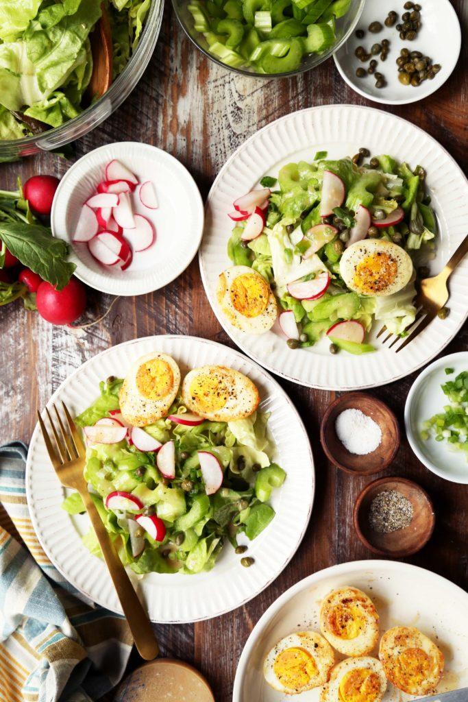 Зимний салат с обжаренным яйцом